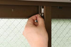取り付け面にキャップなどの突起物がある場合は取り外す。